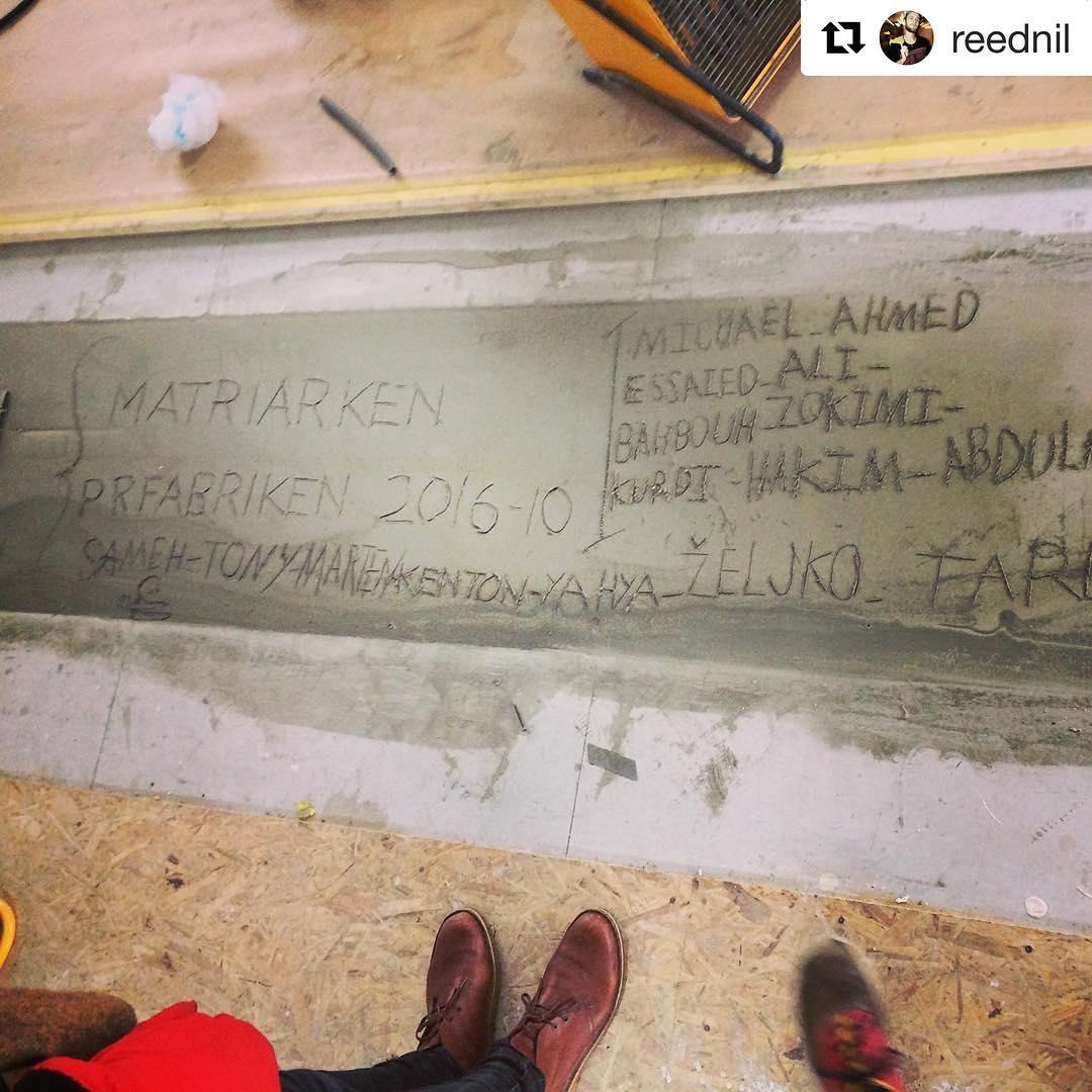 @reednil ・・・ Den enda betongen i huset är i skarven mellan bottenmodulerna. Våra bästa arbetare är nu inristade här för all framtid. #älska