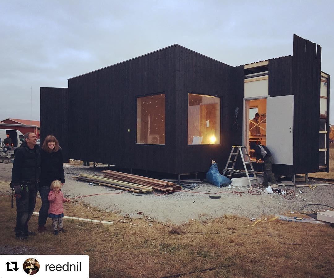 @reednil ・・・ Mera studio + glad arkitekt + glad fru och barn. @prefabriken