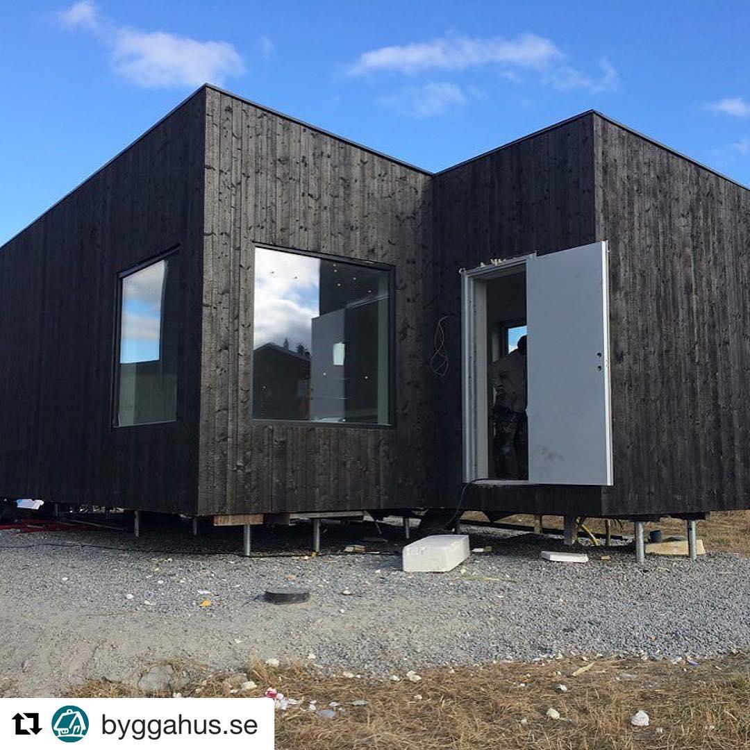 @byggahus.se ・・・ Kenton Knowles bygger containerhus åt Marc och Therese. Miljövänligt och billigt! Läs hur man gör på Byggahus.se www.prefabriken.se