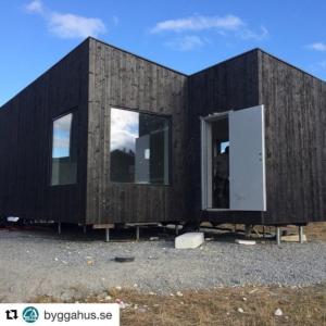 @byggahus.se・・・Kenton Knowles bygger containerhus åt Marc och Therese. Miljövänligt och billigt! Läs hur man gör på Byggahus.se www.prefabriken.se