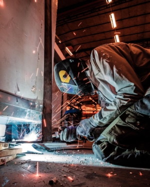 Welding the lifting straps together that span the width of our moduls. These are preinstalled during the construction phase and make for an easy lift from the factory floor and onto your site